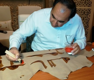 S. M. V. Mousavi Jazayeri dotting a Kufic manuscript during a workshop at the 2015 Abu Dhabi International Book Fair. Image courtesy of Kuficpedia.